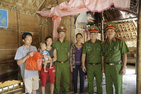 Tong cuc VIII – Bo Cong an den voi nhan dan vung lu huyen Huong Khe - Anh 3