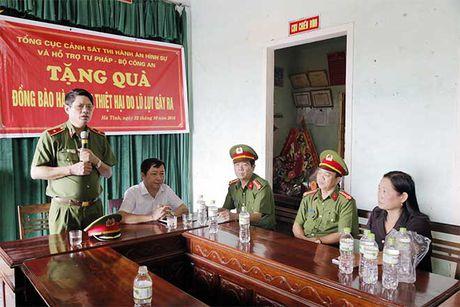 Tong cuc VIII – Bo Cong an den voi nhan dan vung lu huyen Huong Khe - Anh 7