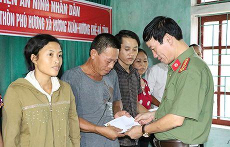 Hoc vien An ninh nhan dan trao qua cho nhan dan vung lu Huong Khe - Anh 2