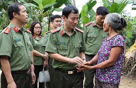 Hoc vien An ninh nhan dan trao qua cho nhan dan vung lu Huong Khe - Anh 3