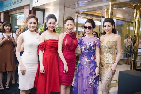 Toc Tien 'do sac' cung dan nguoi dep Hoa hau Viet Nam - Anh 2
