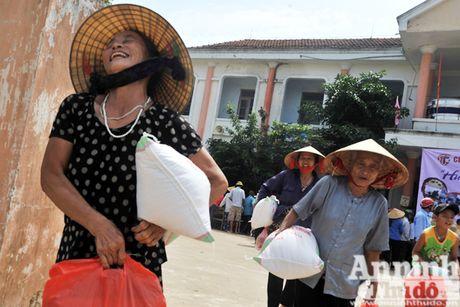 Vuot song ve voi dong bao ron lu Tuyen Hoa, Quang Binh - Anh 11