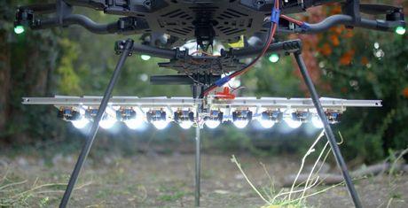 Quay ban dem bang den LED tren drone dep den kho tin - Anh 1