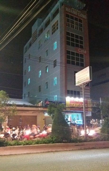 Thanh nien nghi ngao da nga tu san thuong cua khach san 5 tang - Anh 3