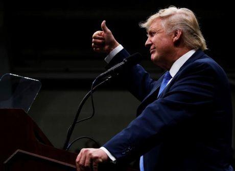 Trump bat ngo but pha ngoan muc truoc Clinton - Anh 1