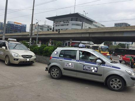 Ha Noi: 3.000 taxi ngoai tinh thuong xuyen hoat dong tren dia ban Thu do - Anh 1
