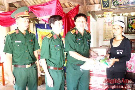 Bo CHQS tinh tham tang qua gia dinh gap nan trong dot mua lu - Anh 1