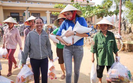 Hoa hau Pham Huong nhiet tinh, tran day nang luong trao qua cuu tro nguoi dan vung lu - Anh 1