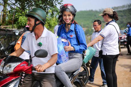 Hoa hau Pham Huong nhiet tinh, tran day nang luong trao qua cuu tro nguoi dan vung lu - Anh 2