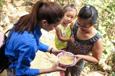 Hoa hau Pham Huong nhiet tinh, tran day nang luong trao qua cuu tro nguoi dan vung lu - Anh 5