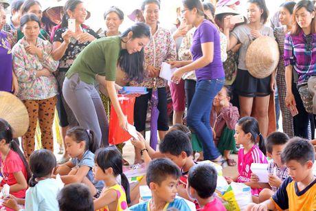 Thuy Tien thay Cong Vinh mang 'nu cuoi' den cho tre em vung lu - Anh 2