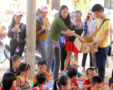 Thuy Tien thay Cong Vinh mang 'nu cuoi' den cho tre em vung lu - Anh 4