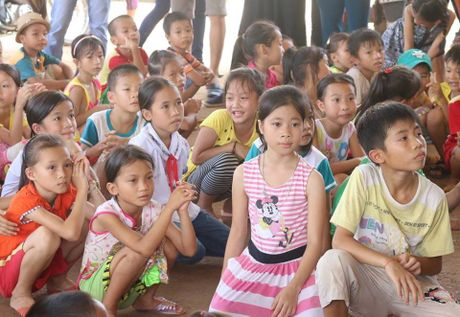 Thuy Tien thay Cong Vinh mang 'nu cuoi' den cho tre em vung lu - Anh 5