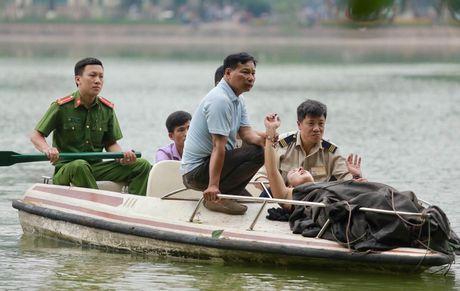 Nu du khach boi giua ho Hoan Kiem co bieu hien bat thuong - Anh 1