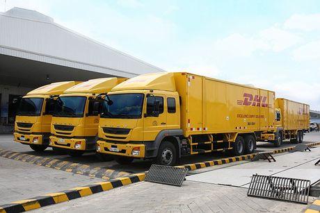 FUSO ban giao lo 18 xe tai nang Fighter FJ 24 tan cho DHL Supply Chain - Anh 1