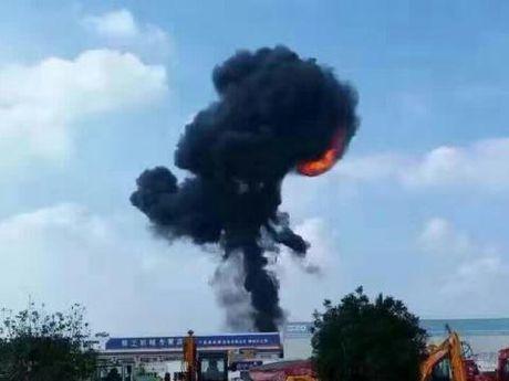 May bay nem bom Trung Quoc lao xuong dat no tung? - Anh 1