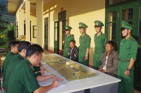 Thanh Hoa: Bat hai doi tuong nguoi Lao van chuyen 69 banh heroin - Anh 1