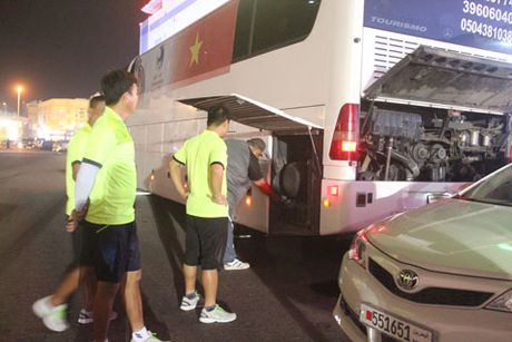 Xe cho doi U19 Viet Nam tai Bahrain bat ngo bi hong - Anh 1