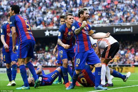 Valencia 2-3 Barcelona: Len dinh kich tinh nho Messi va Suarez - Anh 1