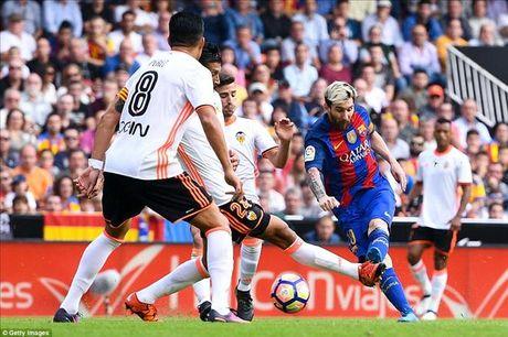 Valencia 2-3 Barcelona: Len dinh kich tinh nho Messi va Suarez - Anh 3