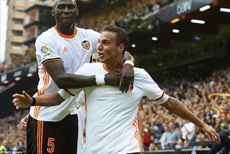 Valencia 2-3 Barcelona: Len dinh kich tinh nho Messi va Suarez - Anh 4
