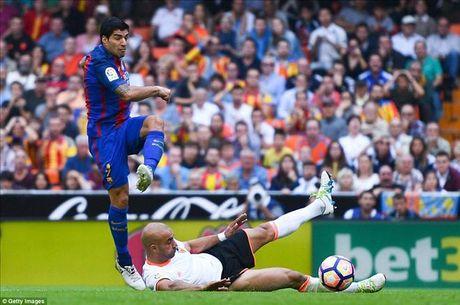 Valencia 2-3 Barcelona: Len dinh kich tinh nho Messi va Suarez - Anh 5