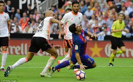 Valencia 2-3 Barcelona: Len dinh kich tinh nho Messi va Suarez - Anh 6