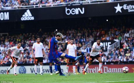 Valencia 2-3 Barcelona: Len dinh kich tinh nho Messi va Suarez - Anh 7