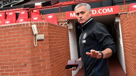 Diem tin toi 23/10: Mourinho the khong quay lai Chelsea, Messi ghi ban cuc khung, Sir Alex duoc vinh danh - Anh 1