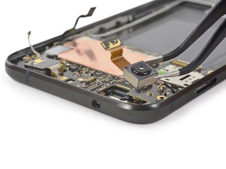 Ben trong Pixel XL: man hinh + bo nho trong + RAM cua Samsung, pin HTC, 6/10 diem iFixit - Anh 9