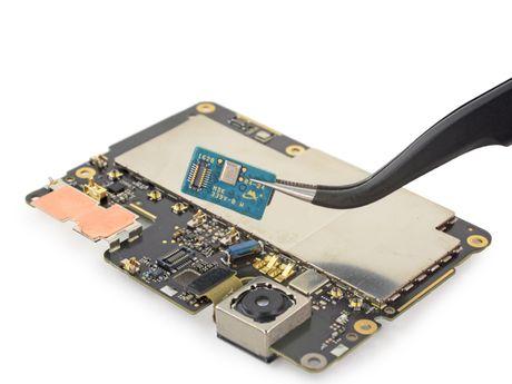 Ben trong Pixel XL: man hinh + bo nho trong + RAM cua Samsung, pin HTC, 6/10 diem iFixit - Anh 11
