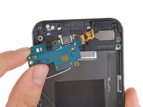 Ben trong Pixel XL: man hinh + bo nho trong + RAM cua Samsung, pin HTC, 6/10 diem iFixit - Anh 15