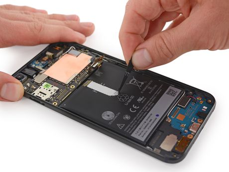 Ben trong Pixel XL: man hinh + bo nho trong + RAM cua Samsung, pin HTC, 6/10 diem iFixit - Anh 7