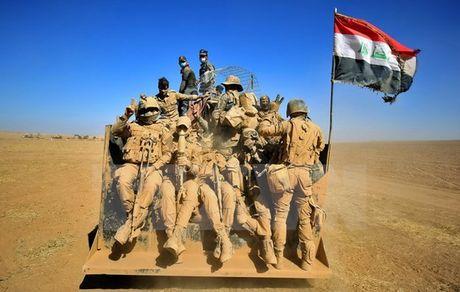 Quan doi Iraq gianh lai nhieu thi tran quan trong gan Mosul tu tay IS - Anh 1