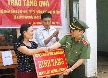 Hoc vien Chinh tri CAND ho tro vung lu Ha Tinh - Anh 1