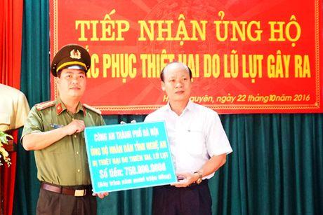 Cong an Ha Noi den voi ba con vung bi thiet hai do thien tai o mien Trung - Anh 1