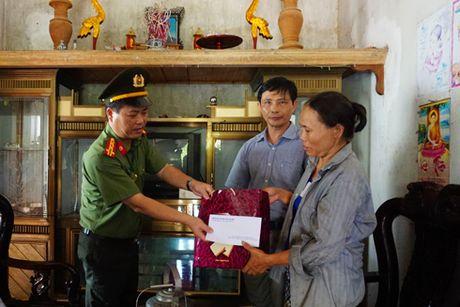 Cong an Ha Noi den voi ba con vung bi thiet hai do thien tai o mien Trung - Anh 3