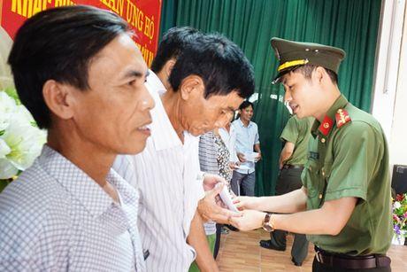 Cong an Ha Noi den voi ba con vung bi thiet hai do thien tai o mien Trung - Anh 8