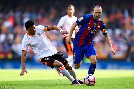 Neymar, Suarez bi 'di vat' nem trung dau, Messi noi dien thach thuc fan - Anh 2
