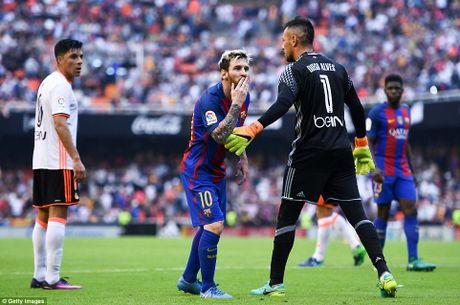 Neymar, Suarez bi 'di vat' nem trung dau, Messi noi dien thach thuc fan - Anh 3