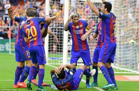 Neymar, Suarez bi 'di vat' nem trung dau, Messi noi dien thach thuc fan - Anh 4