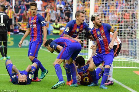 Neymar, Suarez bi 'di vat' nem trung dau, Messi noi dien thach thuc fan - Anh 5