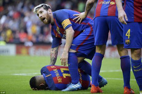 Neymar, Suarez bi 'di vat' nem trung dau, Messi noi dien thach thuc fan - Anh 6