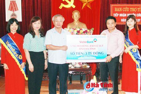VietinBank trao 3 ty dong ho tro nguoi dan vung lu Ha Tinh - Anh 1