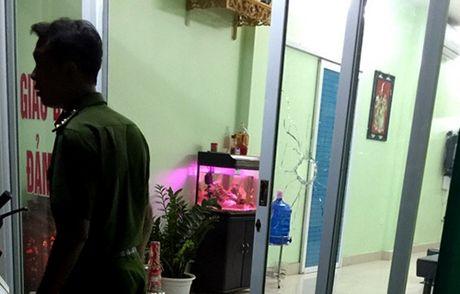 Cong an truy bat nhom nguoi na sung vao van phong tu van nha dat - Anh 1