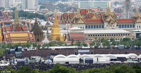 Hang nghin nguoi dan Thai hat quoc ca tuong nho nha vua Bhumibol Adeladej - Anh 1