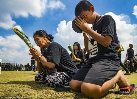 Hang nghin nguoi dan Thai hat quoc ca tuong nho nha vua Bhumibol Adeladej - Anh 4