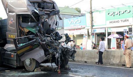Quang Tri: Lai xe oto tai tu vong, mac ket 5 gio trong cabin bi bien dang - Anh 3