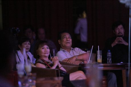 Me Tran Thanh sua ao giup Y Lan tren san khau ca nhac - Anh 1