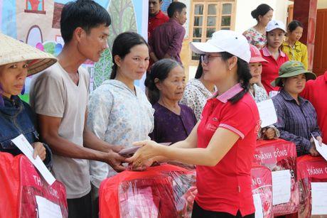 Tang qua nguoi dan vung lu mien Trung - Anh 2